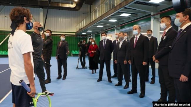 Президент Казахстана Касым-Жомарт Токаев (в центре) во время посещения теннисного центра в Караганде. По его правую руку — бизнесмен Булат Утемуратов. 23 ноября 2020 года.