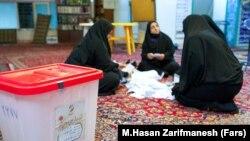 نمایی از شمارش آرای انتخابات شوراها پس از اتمام انتخابات ۱۴۰۰ در بامداد شنبه ۲۹ خرداد
