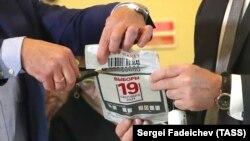Распаковка ключей для подсчета голосов электронного голосования (архивное фото)