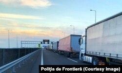 Încărcătura TIR-urilor este verificată de lucrătorii vamali, iar identitatea șoferului și a autovehicolului de către Poliția de Frontieră