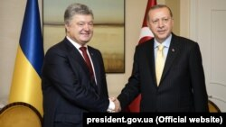 Turkish President Tayyip Erdogan (right) and his Ukrainian counterpart, Petro Poroshenko, are due to chair a session of the Turkey-Ukraine High-Level Strategic Council in Kyiv on October 9. (file photo)