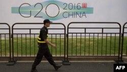 Сотрудник службы безопасности патрулирует вокруг отеля, в котором запланированы встречи в рамках саммита G20. Ханчжоу, 2 сентября 2016 года.