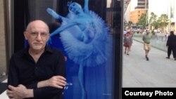 Соломон Волков у афиши Большого театра в Нью-Йорке