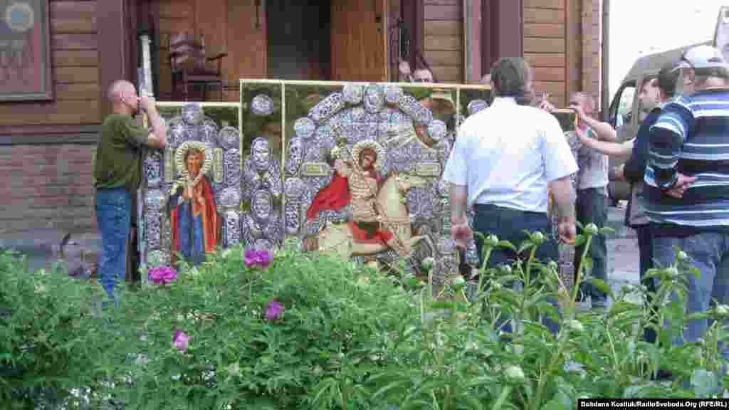 Встановлення нової надбрамної ікони на храмі