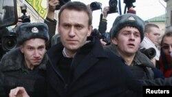 Наразылық шеруіне шыққан Ресей оппозициясының лидері Алексей Навальныйды (ортада) полиция ұстады. Мәскеу, 27 қазан 2012 ж.