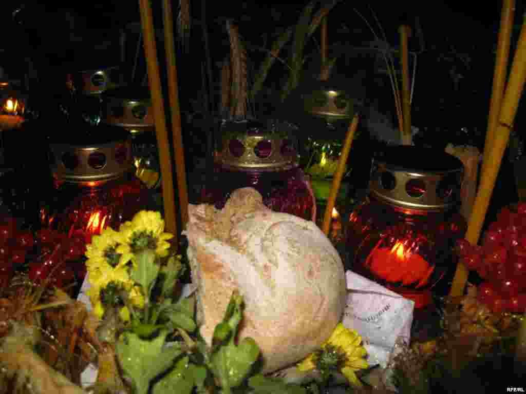 Хліб, квіти та свічки Вшанування пам'яті жертв Голодомору на Михайлівській площі у Києві