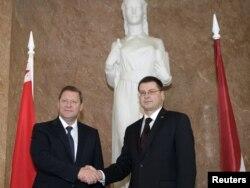 Времена предыдущего сближения: тогдашние премьеры Латвии и Белоруссии Валдис Домбровкис (справа) и Сергей Сидорский в Риге, сентябрь 2010 года