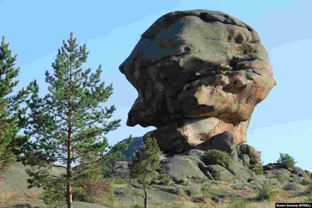 """Кемпиртас (камень """"Баба-Яга"""") - одна из местных достопримечательностей. В Баянаульском национальном парке много каменных глыб причудливой формы, напоминающих очертания фигур людей или животных. Эти камни формировались на протяжении веков, а может быть, тысячелетий под воздействием ветра, солнечных лучей и осадков."""