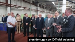 Аляксандар Лукашэнка ў час наведваньня Аршанскага інструмэнтальнага завода, 13 жніўня 2018 году