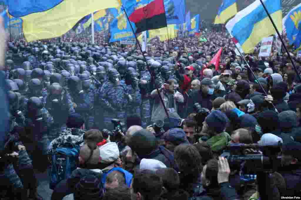 Учасники Євромайдану біля Кабміну, Київ, 24 листопада 2913 року