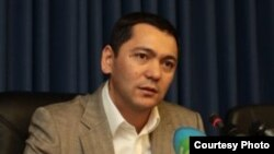 Kyrgyz Deputy Prime Minister Omurbek Babanov has temporarily stepped down following accusations of financial wrongdoing.