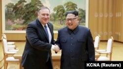 აშშ-ის სახელმწიფო მდივანი მაიკ პომპეო და ჩრდილოეთ კორეის ლიდერი კიმ ჩენ ინი. ფხენიანი, 2018 წლის 9 მაისი