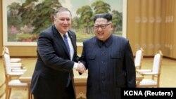 Майк Помпео и Ким Чен Ын на встрече в Пхеньяне, 9 мая 2018 года.