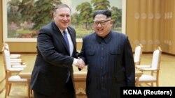 Госсекретарь США Майк Помпео и Ким Чен Ын во время встречи в Пхеньяне 9 мая.