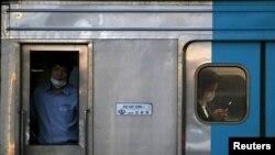 В вагоне метро в Сеуле. Иллюстративное фото. 12 июля 2015 года.
