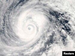 Тайфун на Филиппинах. Спутниковый снимок, октябрь 2014 года