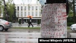 Transparent boraca preko puta Narodne skupštine