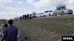 Застрявшие на российско-казахстанской границе трудовые мигранты из Центральной Азии.
