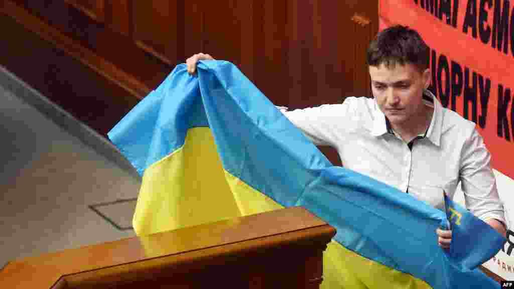 Надежда Савченко на трибуне Верховной Рады с флагами Украины и крымско-татарского народа. 31 мая 2016 года.