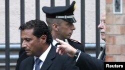 Капитан Франческо Скеттино у здания суда в Гроссето
