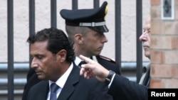 Франческо Скеттино, капитан Costa Concordia, покидает зал суда. Гроссето, октябрь 2012 года.
