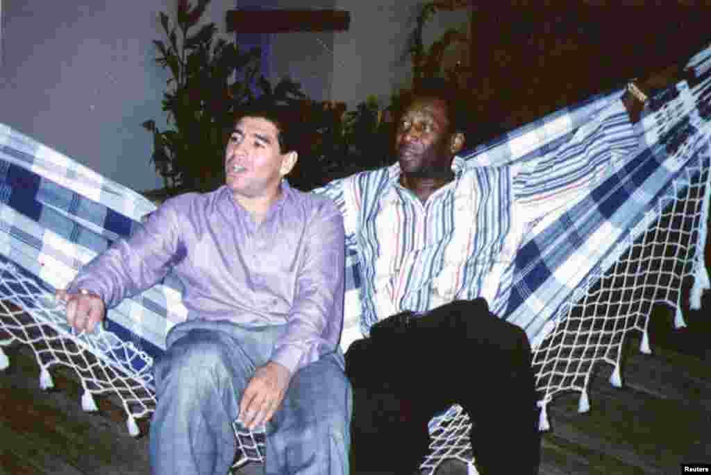 A két futballsztár, a brazil Pelé és az argentin Maradona egymás mellett ül egy 1995-ös rendezvényen Rio de Janeiroban.