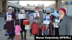 Казакстандын Алматы шаарында Шинжаңдагы жакындарынын бошотулушун талап кылгандар, 9-апрель 2021-жыл.