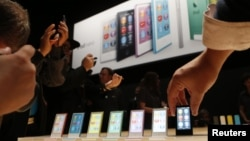 Журналистер iPod Nano-ны сынап көріп жатыр. АҚШ, Сан-Франциско, 12 қыркүйек 2012 жыл