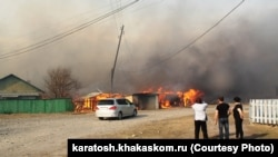 Горит населенный пункт Новокурск в Хакасии