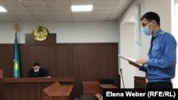 """В зале суда, где рассматривают дело о «сбыте психотропных веществ """"скорость"""" в особо крупном размере». Караганда, 19 марта 2020 года."""