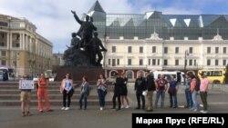 Очередь на пикет в поддержку Ивана Голунова во Владивостоке