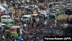 پاکستان کې د اختر لپاره د چمتووالي نیولو په هدف راوتلي خلک