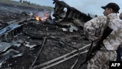 Donetsk vilayəti 17 iyul 2014. MH17 təyyarəsinin düşdüyü yerdə silahlı adam