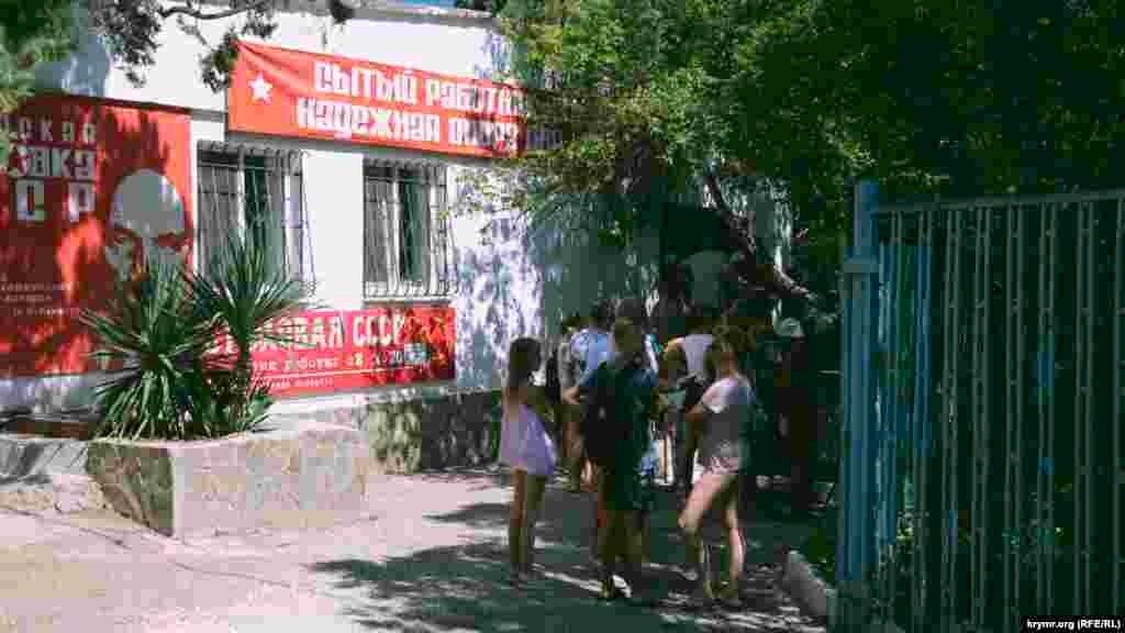 Очередь в «Столовую СССР» в полдень