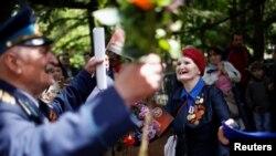 В Тбилиси ветеранов 9 мая традиционно чествуют в парке Ваке