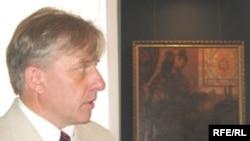 Уладзімер Качан і намаляваны ім партрэт вялікага князя Аляксандра Ягелончыка.