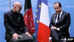 Франция президенті Франсуа Холланд (оң жақта) НАТО саммитінде Ауғанстан президенті Хамит Карзаймен (сол жақта) кездесіп отыр. АҚШ, Чикаго, 20 мамыр 2012 жыл.
