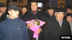 Галымжан Жакиянов (в центре) на вокзале Алматы. 15 января 2006 года.