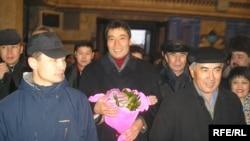 Демократиялық ұйымдар өкілдері бостандыққа шыққан Ғалымжан Жақияновты темір жол вокзалында күтіп алды. Алматы, 15 қаңтар 2006 ж.
