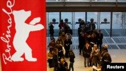 Publika čeka u redu da kupi ulaznice za projekcije 65. Berlinalea