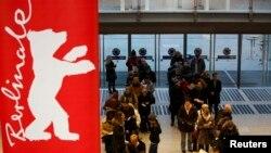 Люди стоять у черзі за квитками на 65-й Берлінський кінофестиваль – «Берлінале». Берлін, 2 лютого 2015 року