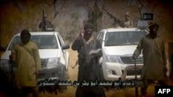 «Боко Харам» басшысы Әбубакар Шекаудың (ортада) 2015 жылғы ақпандағы видео-үндеуінен скриншот.