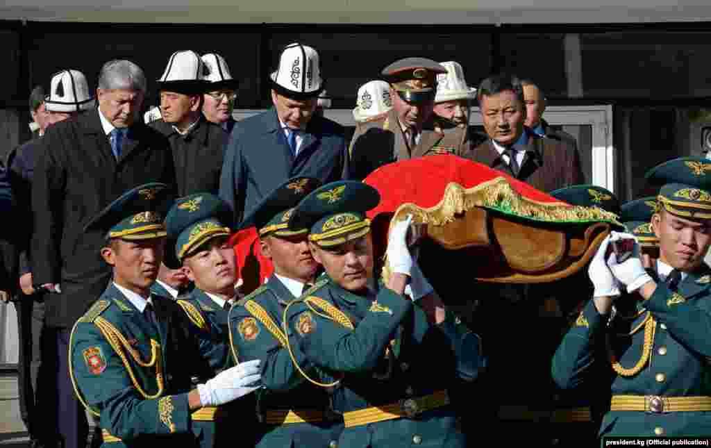 """Маркум вице-премьер-министр Темир Жумакадыровдун сөөгү """"Ала-Арча"""" мамлекеттик көрүстөнүнө коюлду."""