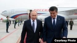 Ресей президенті Владимир Путин (сол жақта) мен Қырғызстан президенті Сооронбай Жээнбеков. Бішкек, 28 наурыз 2019 жыл.