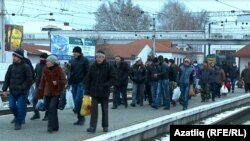 Акмәчәт тимер юл вокзалы. Янукович тарафдарлары Киевка юл тота. 13 декабрь