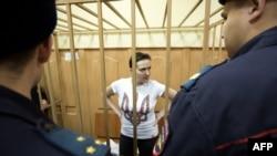Nadiya Savchenko në kafazin e të akuzuarit gjatë dëgjimit të saj në një gjykatë në Moskë në nëntor të këtij viti