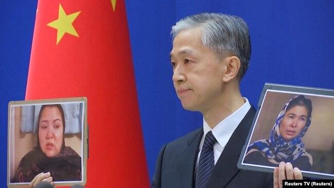 Portparol kineskog Ministarstva spoljnih poslova drži fotograije dve žene na konferenciji za novinare 23. februara.