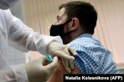 """Доброволец испытывает вакцину """"Спутник V"""""""