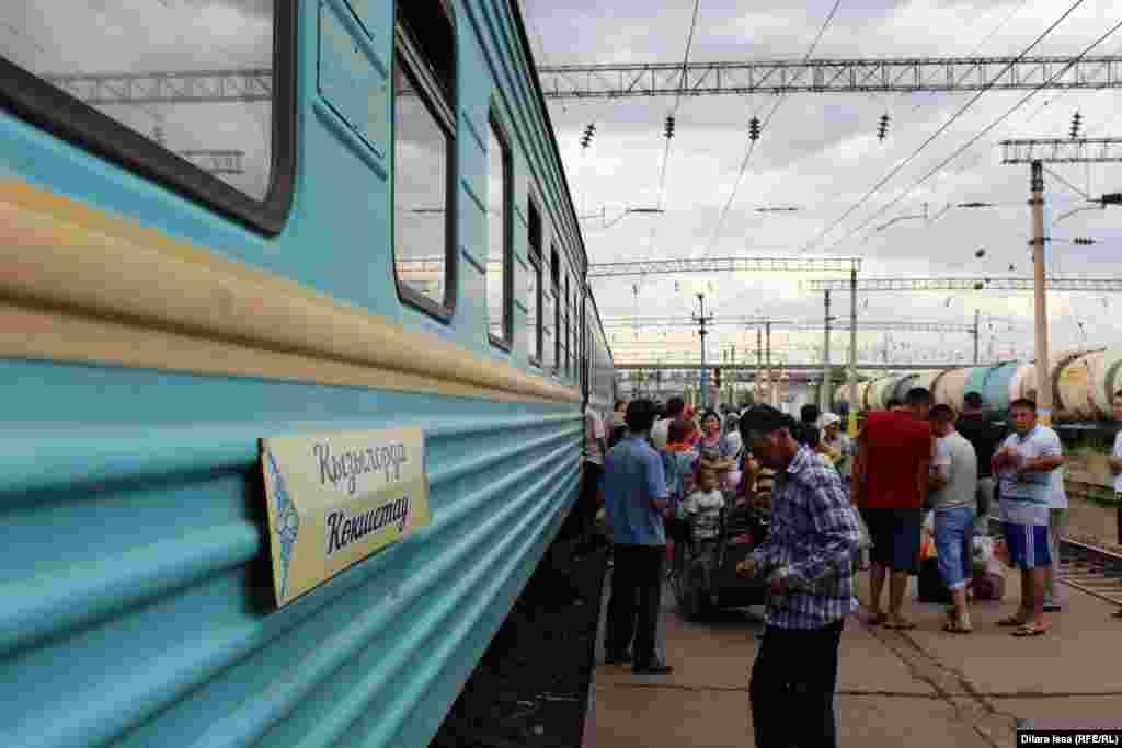Поезд сообщением Кызылорда - Кокшетау во время стоянки на станции Тюлькубас. Южно-Казахстанская область, 19 июля 2016 года.