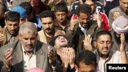 Irak - pjesëtar të komuniteti suni duke u lutur gjatë protestës së tyre kundër qeverisë së vendit